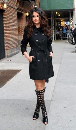 Selena Gomez - Trench Coat and Gladiators i should have my hair wavy and curly: Selena Gomez Outfit, Trenchcoats, Fall Style, Selenagomez, Celeb, Black Trench Coat, Trench Coats, Hair Color