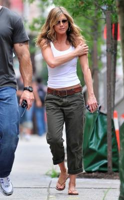 Excuse me Jennifer, can I please borrow your body to go with all these cute outfits I'm pinning on pinterest?: Jennifer Aniston Outfit, Casual Style, Fashion, Cargo Pants, Casual Summer Outfits, Spring Summer, Casual Outfits, Cargo Capri