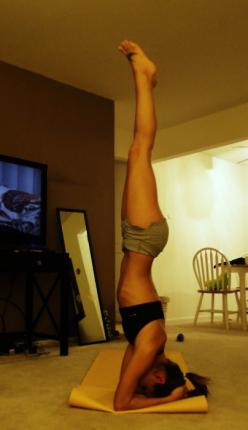TOTALLY wish I could do this... gotta work up to it though, yeesh I'd fall more than I'd stay.: Fitspo, Health Fitness, Inspiration, Body Fitness, Yoga Headstand, Fitness Motivation, Fitness Goals, Yoga Goal, Workout