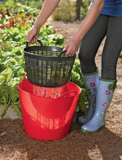 A colander for your Tubtrug. What a great idea! Rinse vegetables right in the garden.: Green Thumb, Idea, Dollar Tree, Dollar Store, Gardening Outdoor, Rinse Veggies, Vegetable Garden