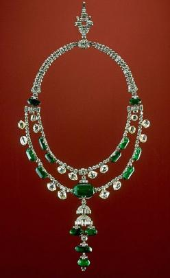 The Spanish Inquisition necklace consists of two strands of antique-cut diamonds and emeralds to which a lower pendant and upper chain containing modern, brilliant-cut diamonds were added. It contains 374 diamonds and 15 emeralds. The emeralds came from C