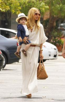 Zoe, with the help of reality TV star Nicole Richie, became the pioneer of the 'boho-chic' look. This look consists of oversized jewelry, loose-fitting dresses and shirts, paired with a slim frame.
