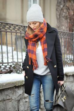 look básico de inverno com cachecol colorido por cima do casaco trench coat preto e jeans: Simple Outfit, Fall Style, Winter Style, Winter Wear, Winter Outfits, Winter Fashion, Fall Winter, Plaid Scarf