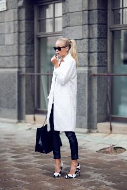 LOUISA nextstopfw | black white outfit fashion streetstyle minimal classic chic neutral casual: #Streetstyle Winter, Black Streetstyle, Black Fashion, Allblack, Black Coat Outfit Winter, Black Winter Outfits, Minimal Chic, Black Outfits Minimal, All Black