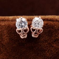 Beautiful earrings with heart shaped eyes and a cubic zircon. These earrings are gold platted. If you love skulls, these are made for you.