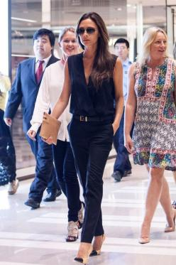 Victoria Beckham's effortlessly but insanely chic in an all-black Victoria Beckham outfit and cap-toe pumps and clutch: Fashion Style, All Black, Clothes, Dress, Victoria Beckham, Victoriabeckham, Work Outfit