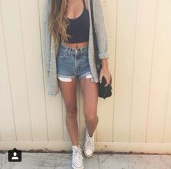 Dark blue jean shorts, black crop top, grey knit cardigan and white converse: Summer Night Outfit, Knit Crop Top, Jean Shorts Outfit, Summer Outfits, Cropped Sweater, Summer Concert Outfit, Black Crop Tops, Crop Top Sweater