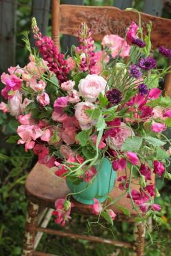 love the trailing sweet peas, i think this selection of pink flowers is just lovely.      walkingonsunshine:): Pink Flower, Beautiful Flower, Flower Arrangements, Floral Arrangements, Flowers, Sweet Peas, Flower