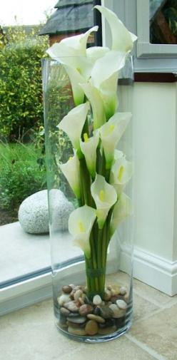 calla lilies in tall vase, trim to different heights: Lily Arrangement, Fake Flowers In Vase, Centro De Mesa, Calla Lily Flower Arrangement, Fake Flower Arrangement, Arreglos De Mesa, Tall Vase Idea, Centerpieces