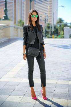 31 STREET CHIC STYLE: All Black, Street Style, Pink Heels, Black Outfit, Pink Pumps, Pink Shoes, Street Chic