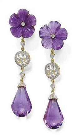 AMETHYST AND DIAMOND EAR PENDANTS. Yellow gold 750. Decorative ear studs, each of 1 amethyst briolette flexibly suspended by 1 diamond, 1 florally open-worked rondelle set with diamonds and 1 diamond, the stud part with 1 finely engraved amethyst blossom,