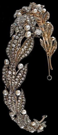 Laurel tiara with oriental pearls from an old European aristocratic property rosé gold and silver, an old-cut diamond c. 1.70 ct, smaller old-cut diamonds and diamond rhombus total weight c. 28 ct, c. 1880, 32.8 g, can be separated into 12 single brooches