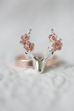 He encontrado este interesante anuncio de Etsy en https://www.etsy.com/es/listing/237024216/sterling-silver-deer-with-flower-ring