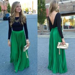 Green pleated maxi skirt: Kelly Green Clothes, Color Green, Green Skirt Black Shirt, Christmas Party Outfit Ideas, Kelly Green Dress, Fancy Christmas Party Outfit, Maxi Skirt Winter Outfit, Color Combination