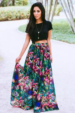 crop top and maxi skirt: Casual Outfit, Black Crop Top, Street Style, Floral Maxi Skirt, Winter Outfit, Crop Top And Maxi Skirt