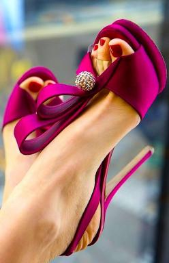 #WeddingShoes | #AislePerfect Gorgeous fuschia heels