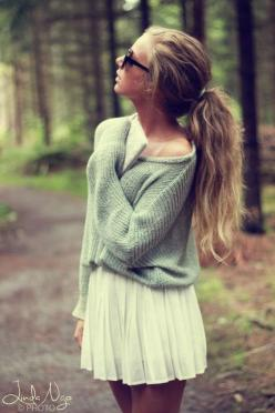 oversized sweater and pleated skirt: love the color of the green and the hair color: How To Wear Oversized Sweater, Skirt And Sweater Outfit, Sweater And Skirt, White Skirt Outfit, Oversized Sweaters Outfit, Oversized Sweater Dress, Hair Color, Oversized