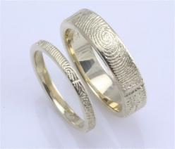 His and her wedding bands with the others fingerprint. Not gonna lie, this is pretty cool.: Other S Fingerprint, Fingerprint Wedding Band, Wedding Ideas, Fingerprint Ring, Wedding Bands, Wedding Rings, Unique Wedding Ring