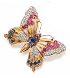18 KARAT GOLD, BLUE AND PINK SAPPHIRE AND DIAMOND BUTTERFLY BROOCH, FRENCH, CIRCA 1945.  Mounted en tremblant, the body and wings set with numerous oval and cushion-shaped blue and pink sapphires and 1 pear-shaped sapphire, further decorated with panels o