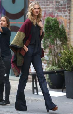 Model street style | Flared pants and color block poncho: Karlie Kloss, Poncho, Cape, Street Style, Outfit, Street Wear, Flare, Fall Winter
