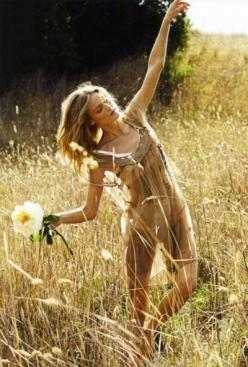 There is something beautiful about open fields and the sun grazing your skin: Fashion, Inspiration, Style, Summer, Boho, Free Spirit, Photo, Flower Child, Fields