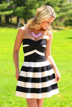 Love the pink flower statement necklace against the black and white bandage dress!